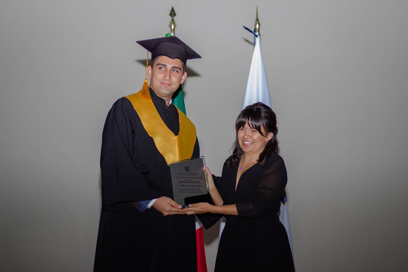 Mtra. Paola Cortés recibió un reconocimiento por parte del presidente de generación, Carlos Munguía González