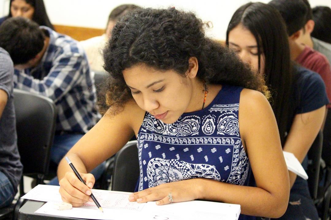 Aspirante de primer ingreso realizando la Prueba de Aptitud Académica