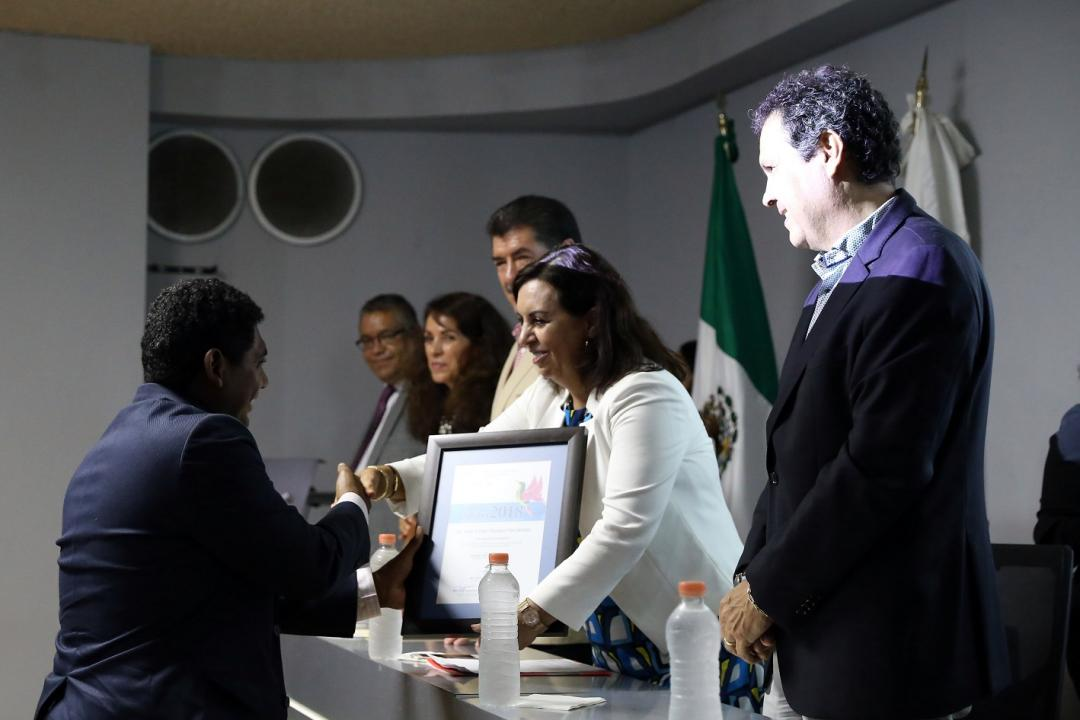 Mtro. Julio César Morales Hernández recibió la presea por su investigación sobre la calidad del aire en Puerto Vallarta
